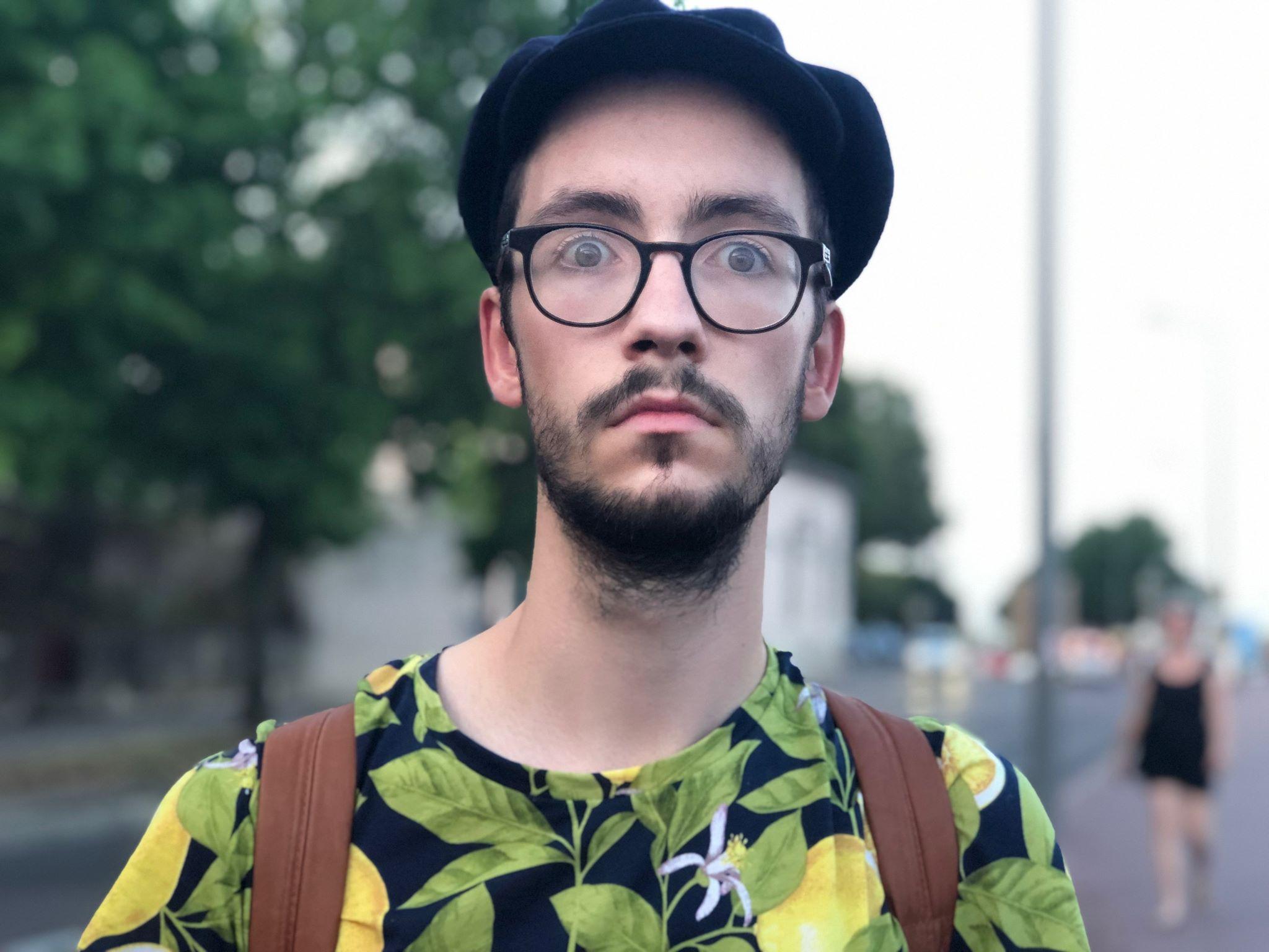 Photo d'Olivier Schlosser avec un tee-shirt citron