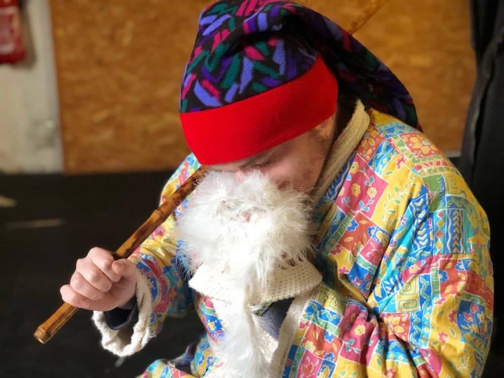 Robert embrasse un bonnet blanc en fourrure
