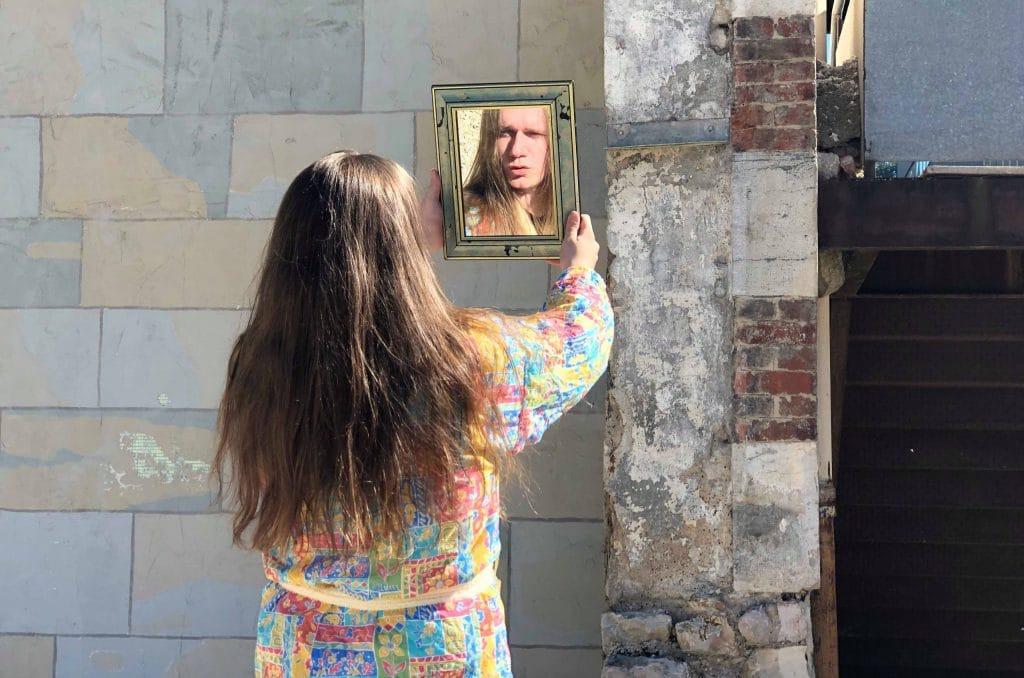 Robert sans Travail, une contemplation dans le miroir